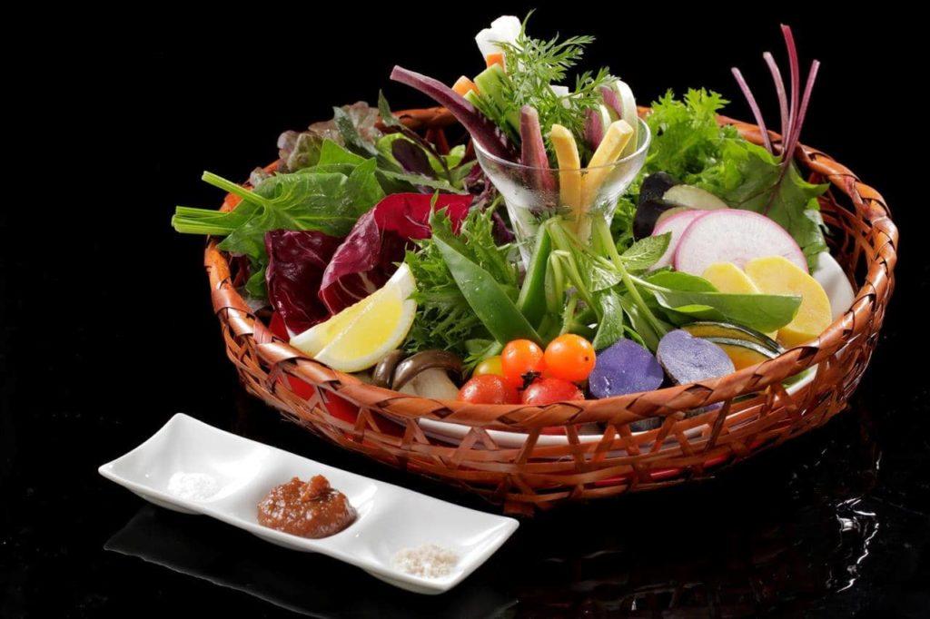オーガニック野菜のサラダ 色々な味の調味料で
